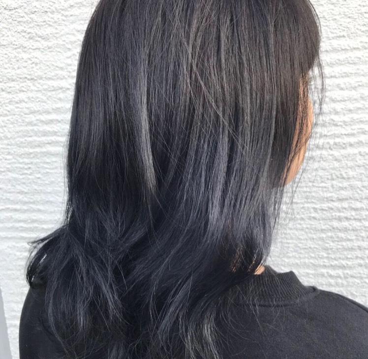 今の髪色はネイビーブルーです!