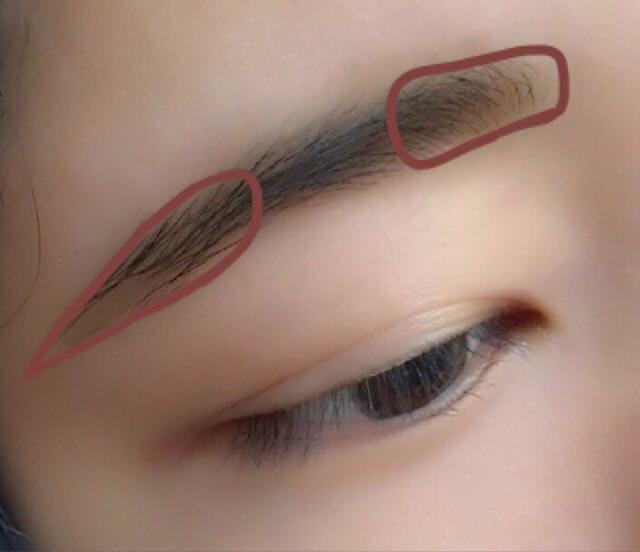 眉毛はパウダーのみで色素薄い系に仕上げます。 毛が足りない所は濃いめの色で埋めて、茶色枠は薄い色で眉を明るくするようにパウダーを地肌にのせます。
