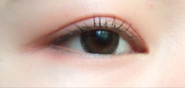 こんな感じになります。 そしたら、黒目の上だけビューラーでまつ毛を上げます。 この画像は右が目頭です。