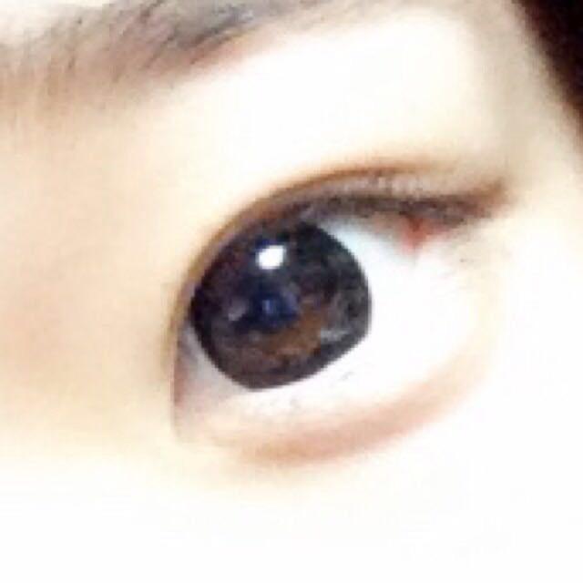✩アイメイク✩ 右上の薄いブラウンをアイホール全体に。 左上の肌色っぽーいやつを眉下と瞼に薄く重ねます。 濃いブラウンを目のキワに。 真ん中の色と左下の色をまぜて涙袋。 薄いブラウンで影を。