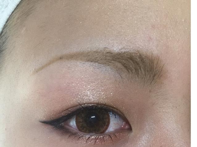 眉毛は毛のあるところをパウダーで色をつけ少し上がり気味に書き 黒目の終わりあたりで下に少しだけさげます!