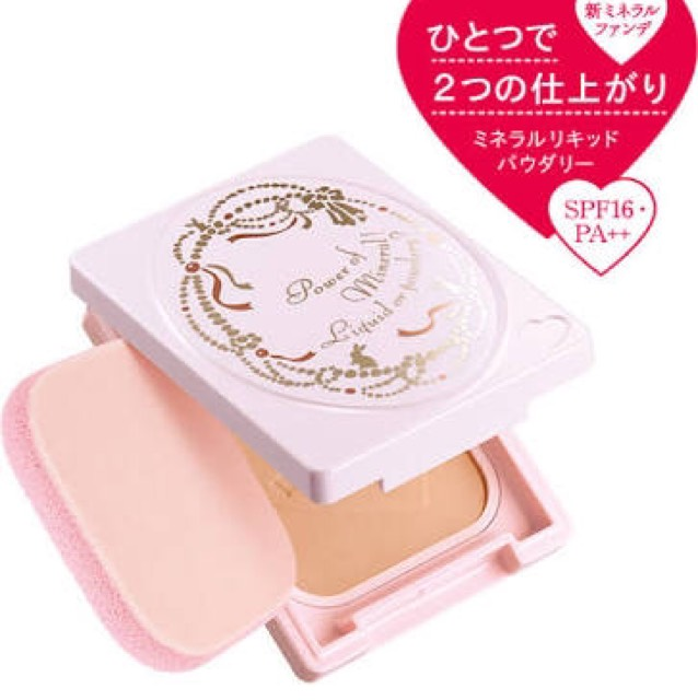 ファンデーションは極力薄くつけます。厚塗りするとドロドロに溶けたりヨレたりするので。薄くつけたら、ブラシなどで余計な粉をはらってからベビーパウダーをつけると皮脂などを吸ってくれて化粧が長持ちします。