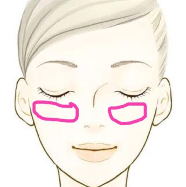 チークは頬骨のところに横長にのせる。