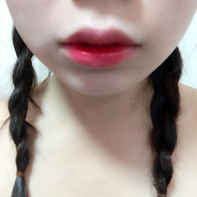 リップは輪郭をぼかすのと発色しやすいように最初にファンデーションで色を消しておいて唇の中心から赤を指で広げていく  完成!
