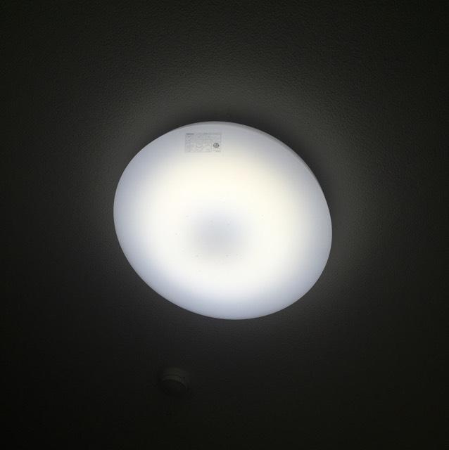 ①光を味方に!  モデルさんが撮影する時 かなり強い照明+レフ板を 使っていることは 知っている方も 多いと思います♡  自宅でも必ず 白っぽい光の近くで撮ります