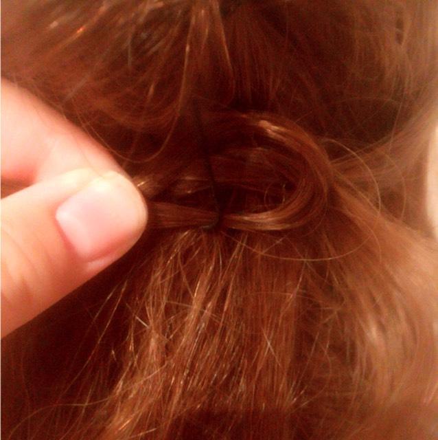 ④ また、サイドから毛束をとり、下げてた部分に毛束を通します。