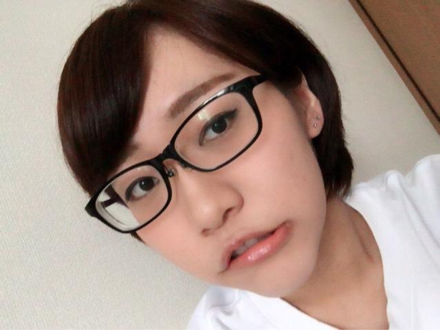 なので、裸眼の時は下から撮ってます。後、メガネを付けて写真を撮るときはメガネが光らない角度を探して撮ってます。