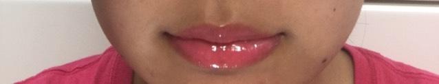 最後にキャンメイクのリップティントシロップをたっぷり塗って完成です!  塗るときのコツは 1回でピターっと塗ってしまうのではなく、下唇の端から端までチョンチョンチョンって感じで乗せるように塗ります! (私は下唇だと6回ぐらいチョンチョンして塗ってます!)  上唇も同じように端から端までチョンチョンして塗ります! (私は上唇は4回ぐらいです!)