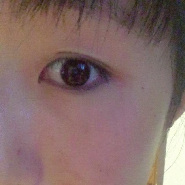 ぴーと伸ばして 目尻にから目頭へ 貼っていきます 少し伸ばしながらやると綺麗にできます!