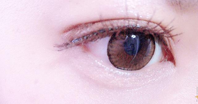 涙袋。全体的にベージュ色をのせて、目頭はキラキラした部分をのせます。