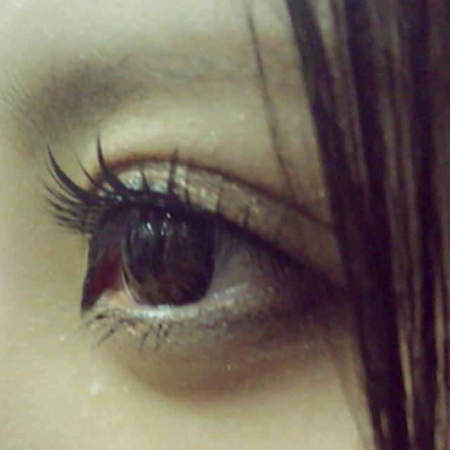 アイラインは黒で目尻をはねさせ、黒目の上を太くする。切開ライン大事◎あと下瞼も引いてシャドウや指でぼかす つけまもだいぶ濃い軸があるものを使用