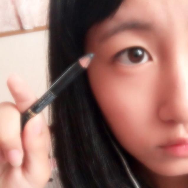 眉毛書きます 私は(この写真の向きで)「へ」の字みたいな眉毛なんですが、「へ」のとんがってる部分から左を全部眉毛そってあとは書いてます 他の部分も書いてるので薄く眉毛を残す感じで剃ってます