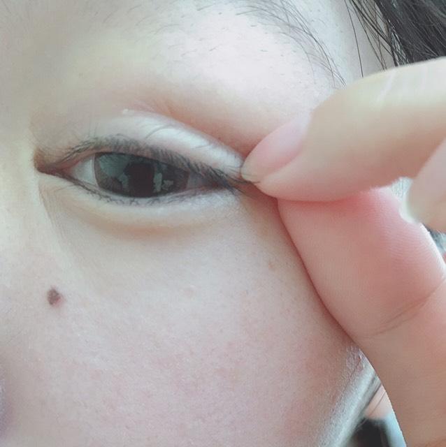 目尻に貼ると、こんな感じです。  あまり強く引っ張りすぎて目尻に貼ると、水ぶくれができたり、赤くなりヒリヒリしたりするので、目に合わせて引っ張る強さを調節してみてください。