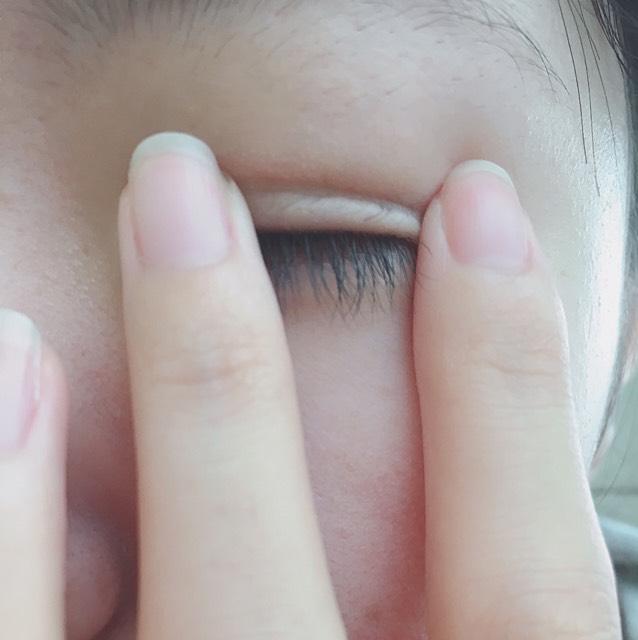 張った後、このように目頭と目尻を軽くおさえます。  こうすることによって密着し、絆創膏が目立ちにくくなります。