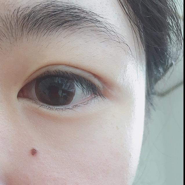 目を開けるとこんな感じです。  絆創膏の貼る位置を変えることによって、末広がりだったり、並行だったり、いろいろな二重をつくることができます。  目尻は少し目立ちますが、この上から軽くメイクをすれば目立ちにくくなります。  また、絆創膏が長すぎたりしてあまりにも不自然な場合は、目尻を少し切ることをオススメします。
