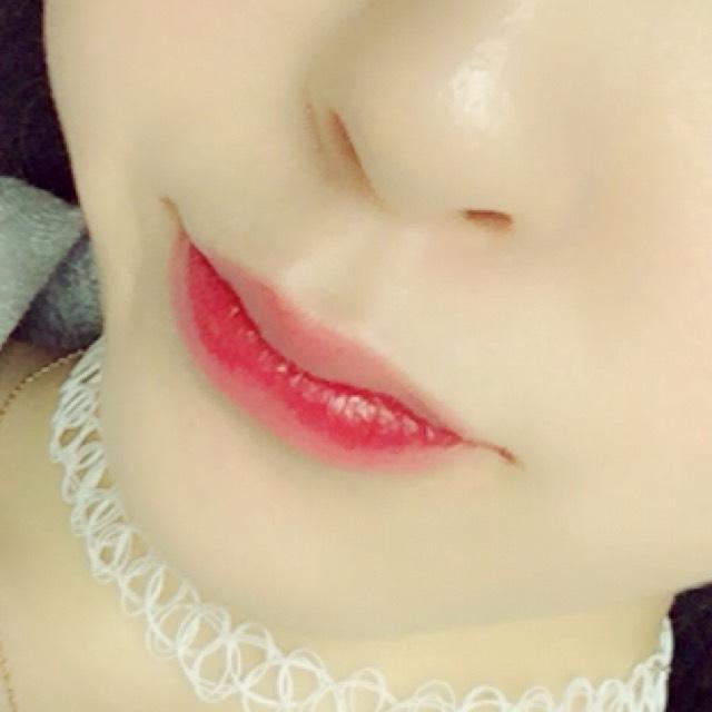 リップは下唇のみに赤いティントを塗り唇をこすり合わせて馴染ませる その上から赤系のグロスを塗る