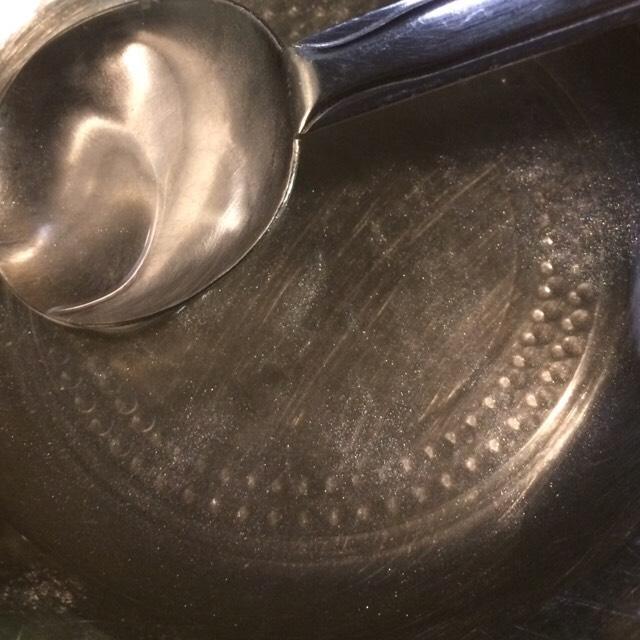 溶けるまでに結構時間がかかりました! このように完全に溶けるまでは次の工程に進まないでください!  湯煎するお湯をたまに熱湯に交換しないと、だんだん固まってきちゃいます〜