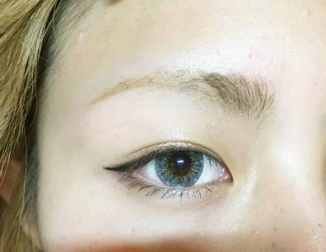 眉頭から鼻筋に向かってノーズシャドウを入れます、 眉毛の下も影を入れると掘り深くみえます