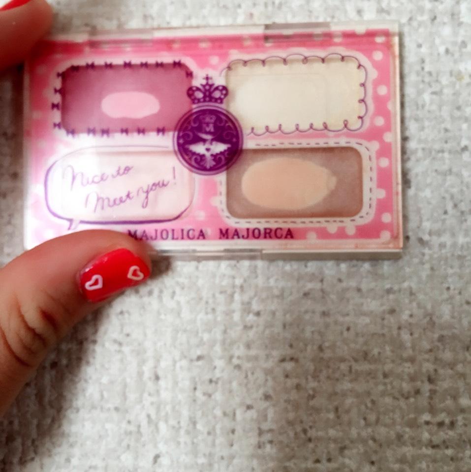 次はアイメイクに移ります!seventeenとマジョマジョのコラボみたいです!これの薄いピンクをアイホール全体に。薄いピンクの上にある濃いピンクを目尻に入れていきます