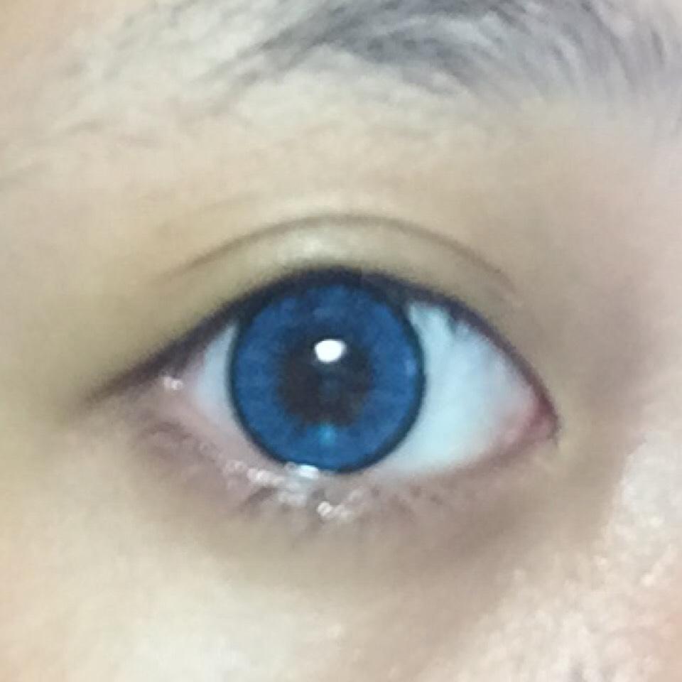 とりあえず、カラコンを装着します 使用しているカラコンはTeAmoのティアリーのブルーです(*^^*)