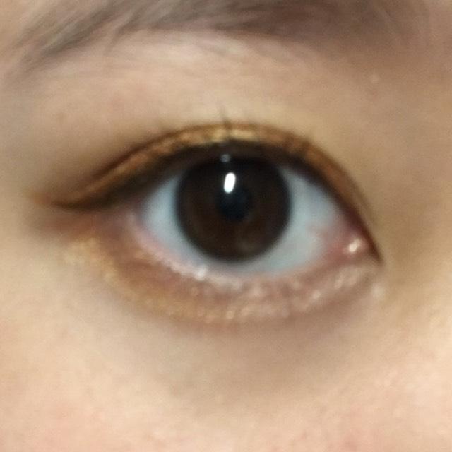 下瞼の1/2にも、オレンジのシャドウを軽く塗り、目頭にはハイライトカラーをのせる。 アイライナーと、マスカラをする。 終わり!!!