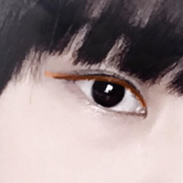 まず、目元の作り方から! アイラインは目頭から目尻から3mm程度はみ出す形で引く(オレンジの線参照)