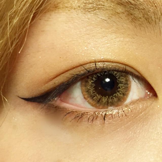 マジョルックの一番濃い色を目尻側に細くぼかしていれます