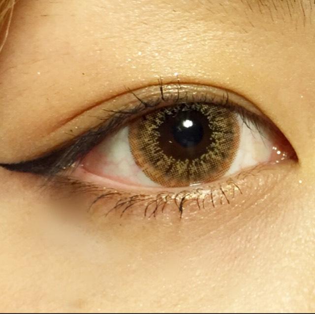 ケイトのアイシャドウの右上の一番濃い色を目尻三分の一と目尻にくの字を描くように塗ります