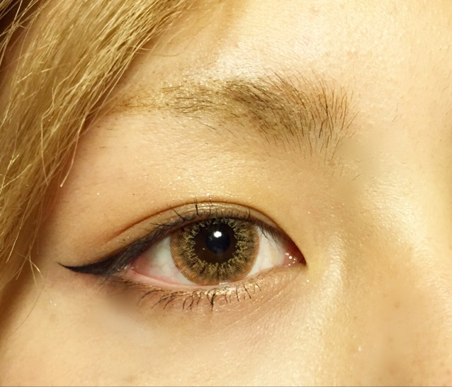 眉毛はケイトのデザイニングアイブロウで色をつけてから、シャープに書き足します これもパウダーで一回抑えたあとに書き直すと眉毛が消えません