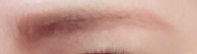 眉毛はわりと太め!