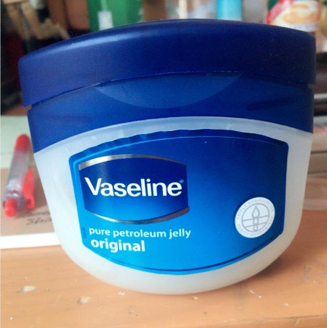 ワセリンといえばこいつですよね。わたしは極度の乾燥肌なのですがこれを塗れば一日中しっとりとします。すこしべたつくのが難点ですかね…。