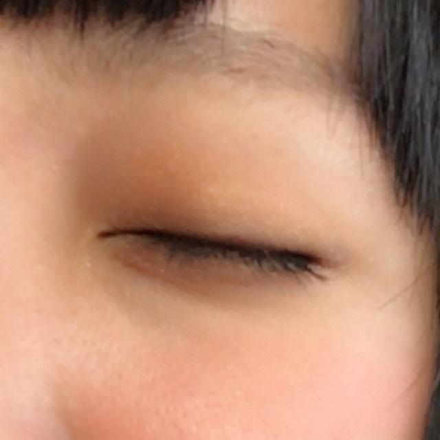 目は際をブラウンで その上からグラデーションする感じでラメ入りの方!(  ˆωˆ  ) 涙袋にもラメ入りの方を少し塗りました