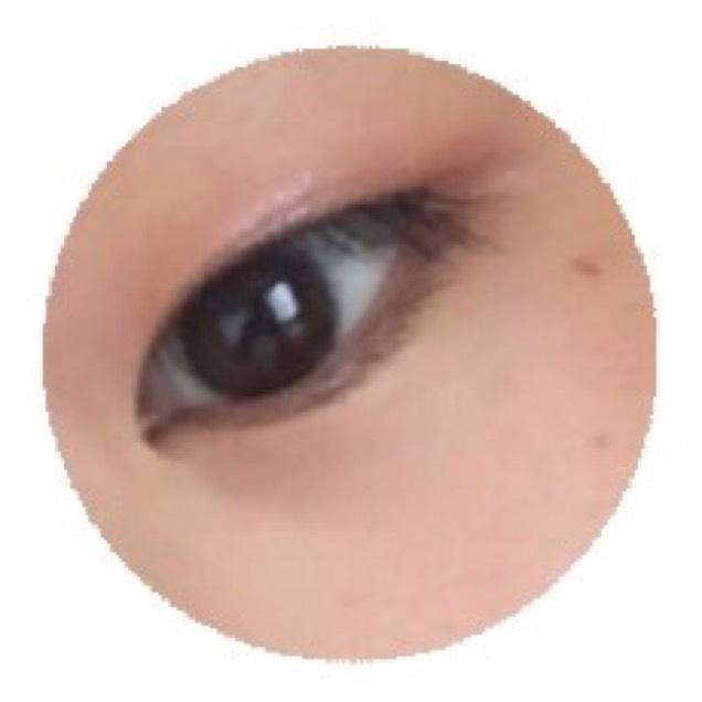 キャンメイクジューシーピュアアイズ05の真ん中の色(ジューシースフレコート)を中指にとって黒目の上を中心に置くようまぶたの上にのせていく。