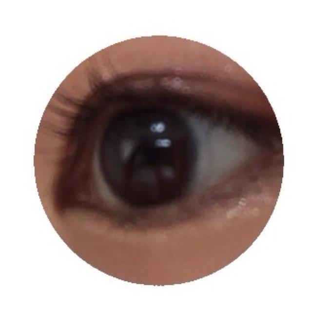 デジャヴのファイバーウイッグウルトラロング(ブラウン)をうわ睫毛のみに塗る。 ↓↓↓ ホットビューラー(まつげクルン)で睫毛をあげる。