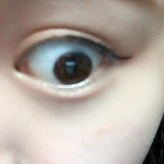 アイラインはきつくなりすぎないように目頭からではなく、黒目の上から少しはみ出してはね上げる