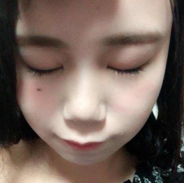 マスカラ塗って、、 ノーズシャドウをして、、 Tゾーン、目の周り、鼻筋顎にハイライト チークは赤で目の下にまるく