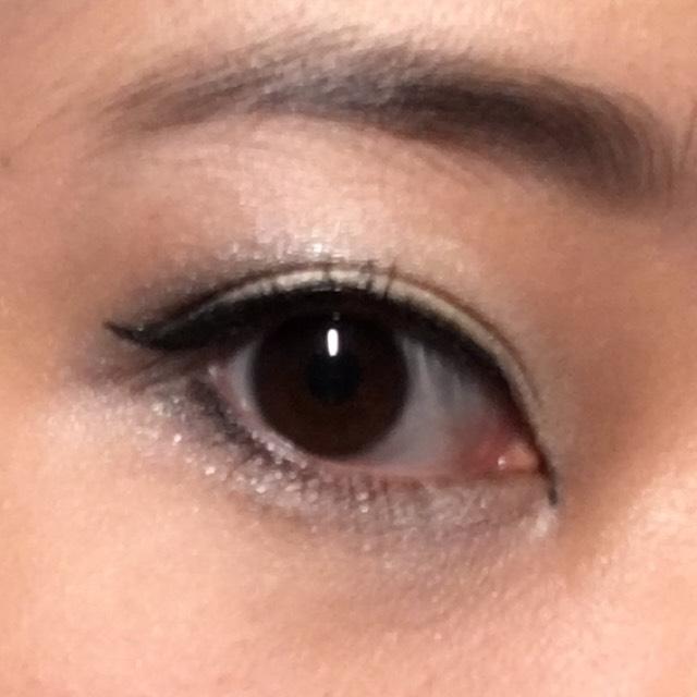 白のアイシャドウを黒目の真ん中辺りを中心に指でぽんぽんとのせ、マスカラをぬる。 (眉毛も、黒っぽく描きました。)