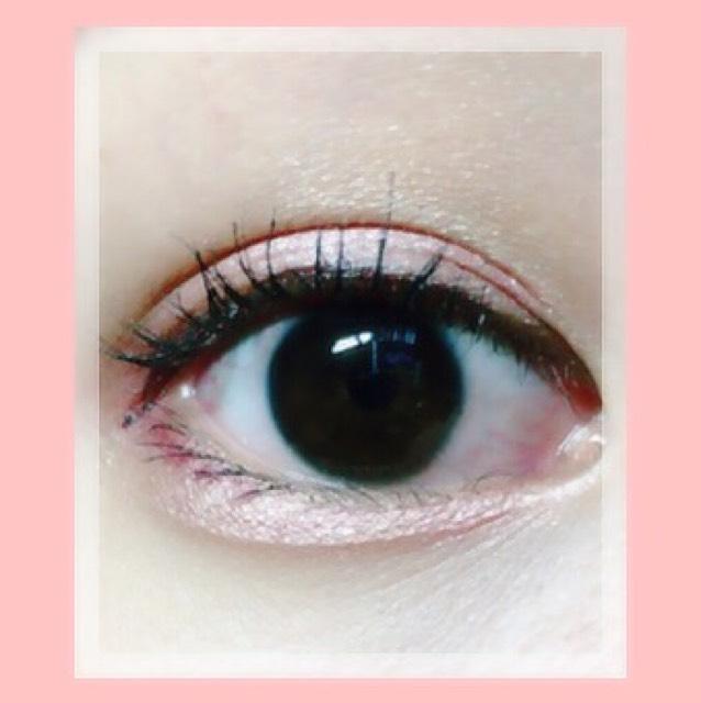 マジョルカマジョルカのホワイトをアイホールに伸ばし、ピンクを二重幅と涙袋に塗る