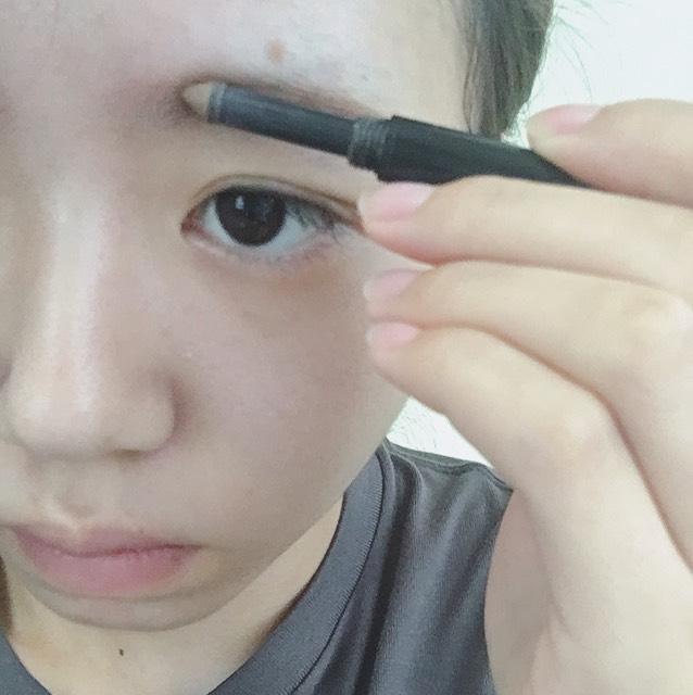 最後に眉頭をパウダーで描いて完成!