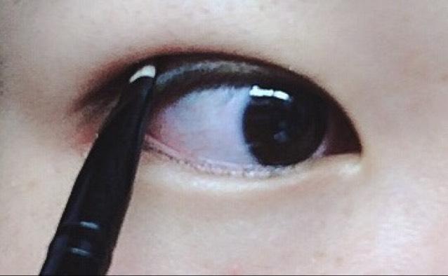 ダブルラインを入れる。目を開けて描くのがポイント!!二重の線より1~2ミリくらいはみ出るくらい描きます。