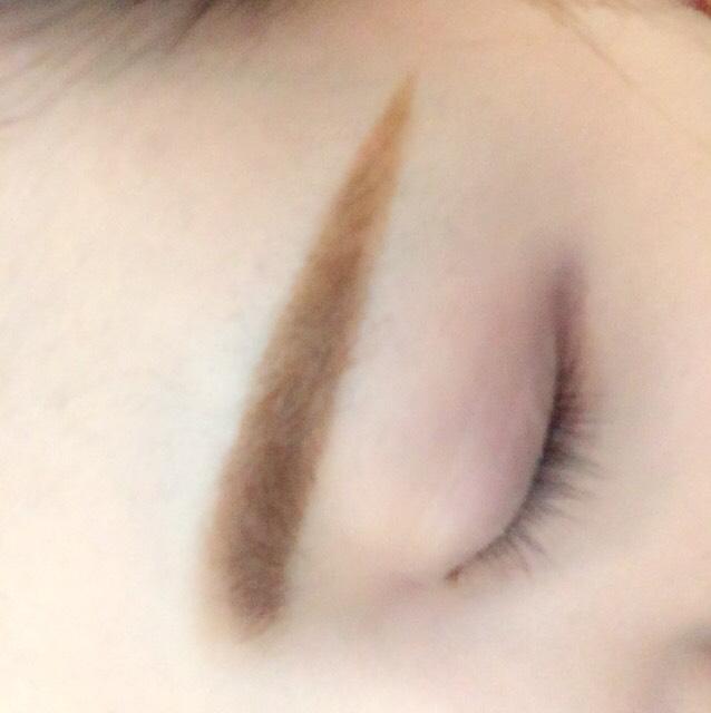 眉毛はこんな感じです。眉尻をペンシルで書いて眉頭をパウダーでぼかしながら書きます。パウダーがついたままノーズシャドウも薄くしました。