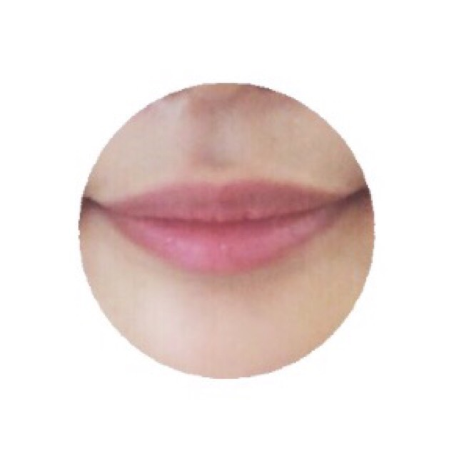 薬用リップを塗って唇のケアをする。
