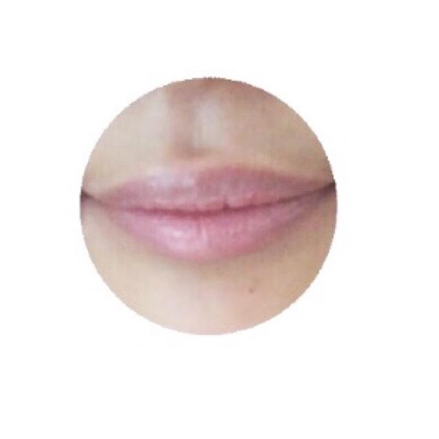 リップコンシーラー(普通のコンシーラーやファンデーションでも代用可)を指にとってポンポンと唇にのせて、馴染ませ唇の赤みを消していく。