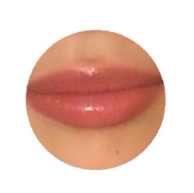 リップペンシルでオーバーめに唇の輪郭をとっていく。 ★上唇のM字を消すような感じでまあるく輪郭をとるとふっくらした唇になる。 ↓↓↓ 中も塗りつぶしていく。