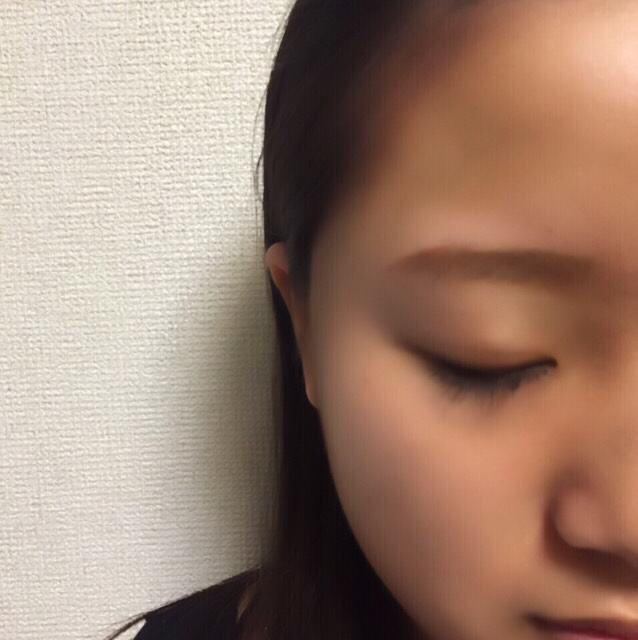 小顔にしたい部分は「引き」の効果を利用 削りたい顔の部分にブラウンのシェードをのせるだけで、その部分が影になって顔が小さく見えます