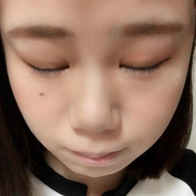 ノーズシャドウをしてから、Tゾーン、鼻筋、目の周り、顎にハイライトを塗ります。