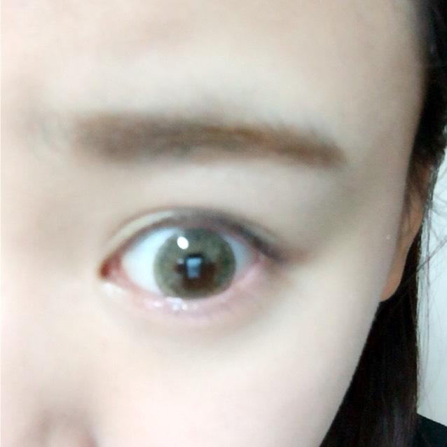 眉毛はアイブロウパウダーを平行に塗ります。 その後アイブロウマスカラを塗ります。