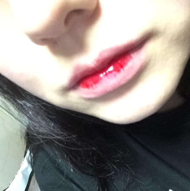 まずティントリップを唇の中の方だけに塗ります。結構液体なので、わたしは軽く指でトントンと馴染ませました。