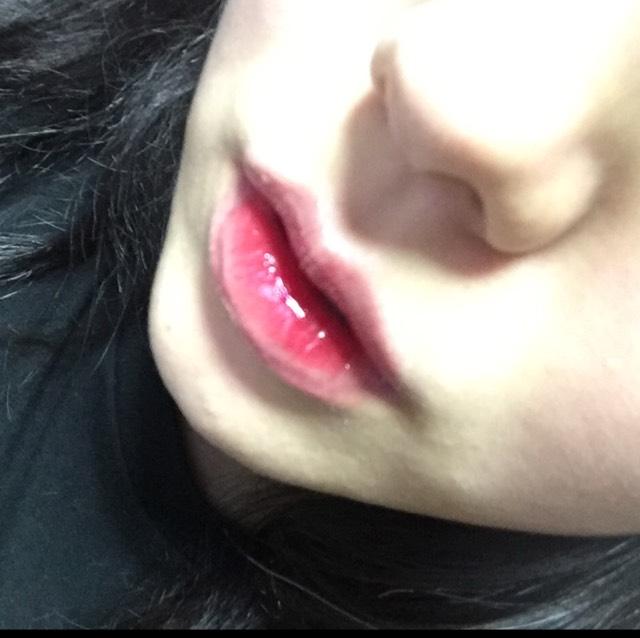 次に唇の淵の方からグロス(今回は薄い青系のモノを使用しました)を塗ります。ティントリップの外側の淵にも少し被るように塗ります。