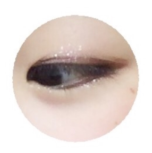 アイライナーは、引かないか、睫毛の間を埋める程度にするだけにすることでナチュラルで優しいデカ目になれます。